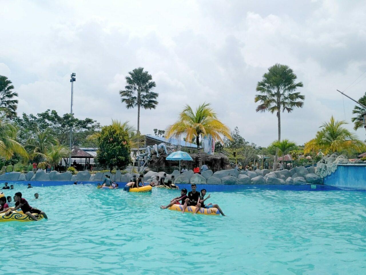 wahana kolam ombak waterpark boombara pekanbaru