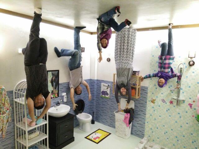 Pose di kamar mandi upside down world jogja
