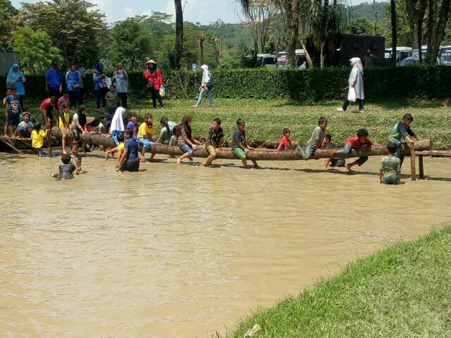 bermain di kolam lumpur