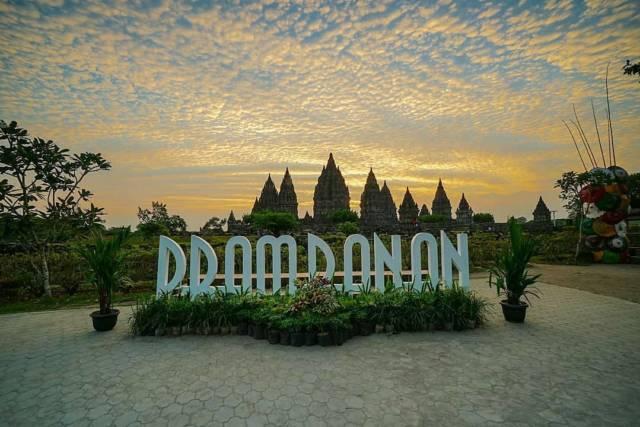 tulisan raksasa Prambanan