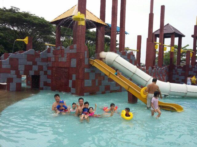 Keseruan Anak-anak di Children Pool Pantai Cermin themepark