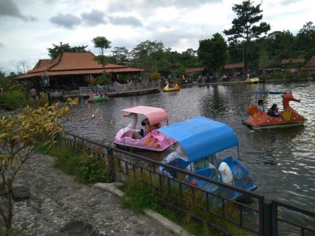 Sepeda Air di danau sekitar area taman