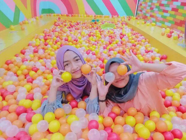 Kolam bola warna warni di Snack Wonderland