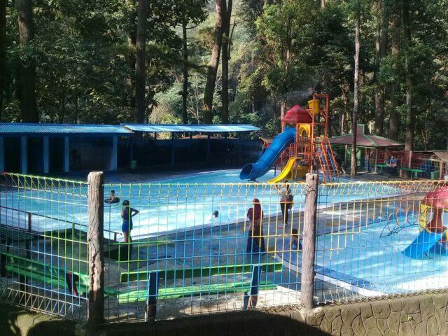 Kolam renang di area wisata grojongan sewu