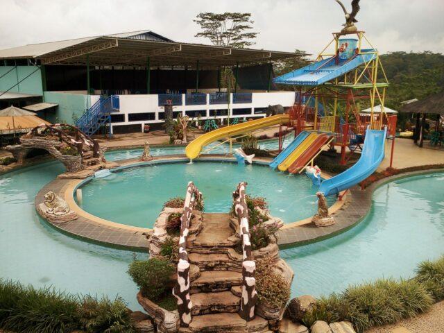 Wahana permainan air anak dan kolam