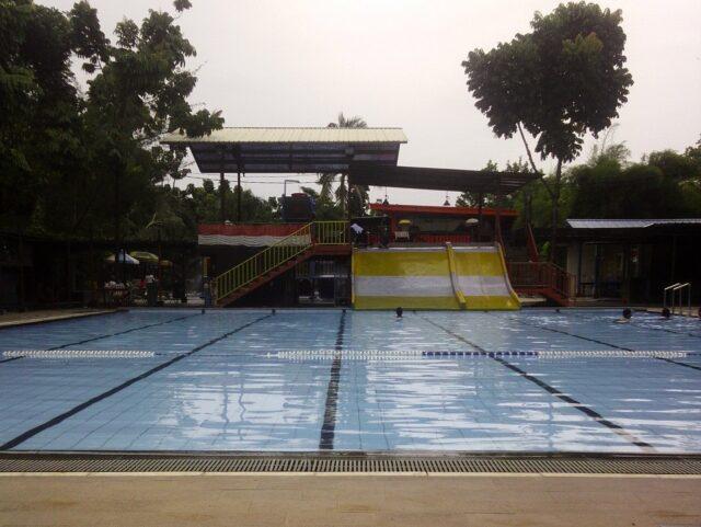 kolam renang dan wahana dewasa