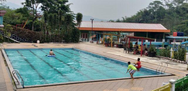 Wahana kolam renang dewasa