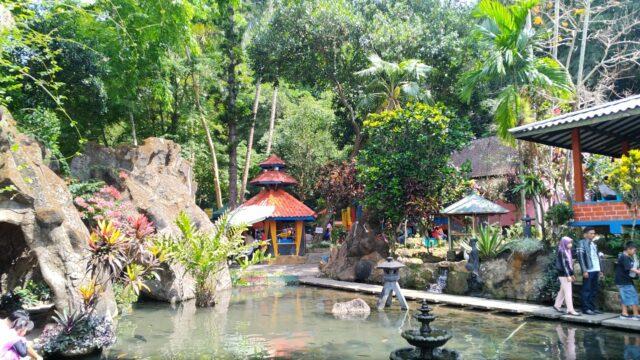 Lingkungan kolam renang yang asri