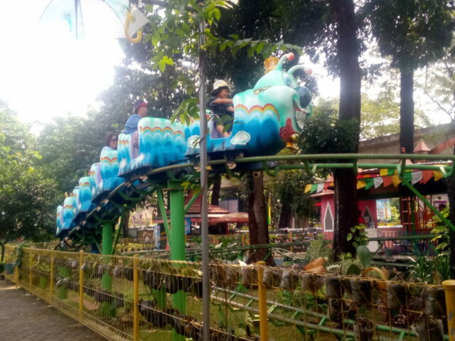 Nikmati Mengelilingi Istana Anak-anak dengan Kereta Api Kelinci.
