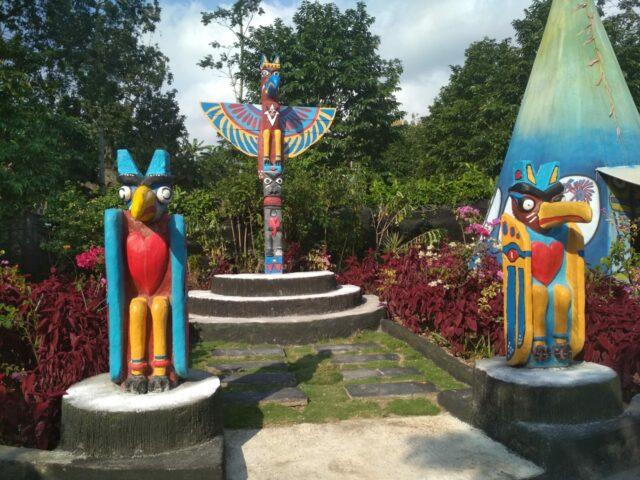 Patung khas suku Indian Kampung Indian Kediri