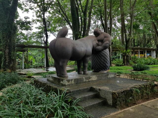 Patung manusia yang memberi makan kuda