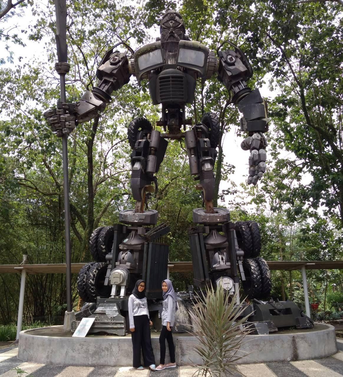 patung robot dari bahan bekas
