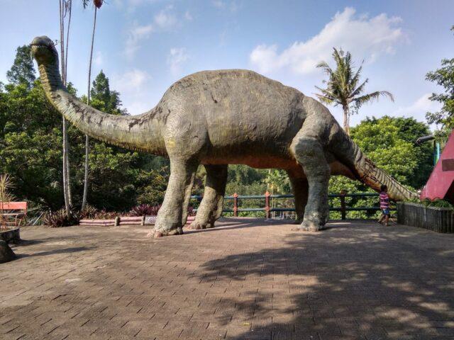 Pengunjung dapat berfoto di replika dinosaurus taman rekreasi tlogomas