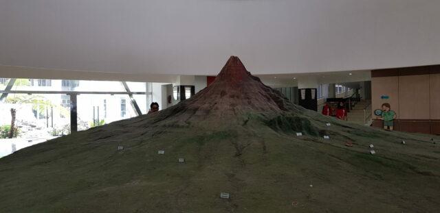 Replika gunung merapi di dalam museum merapi