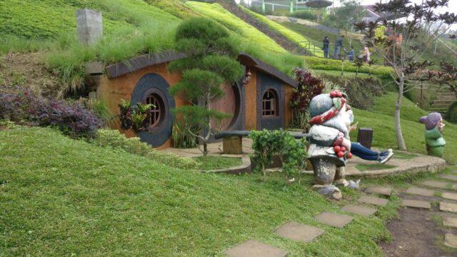 Rumah Hobbit menjadi spot foto favorit