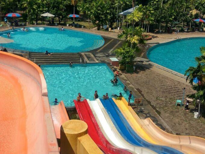 Seluncuran di taman rekreasi Marina