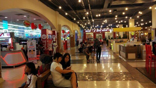 Toko di dalam Paris Van Java Mall