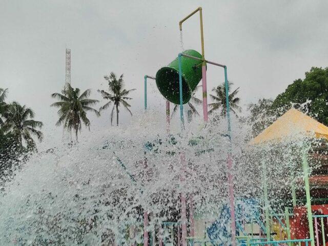 Wahana giant bucket di Tlogomas Park