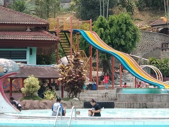 Wahana permainan air di taman rekreasi tlogomas