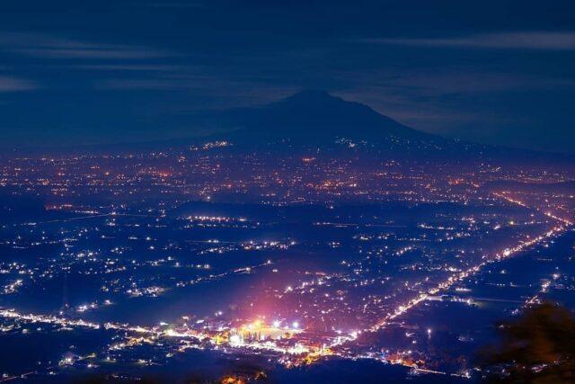 gemerlap kota jogja dari atas bukit bintang