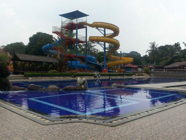 kolam renang dan berbagai wahana taman wisata situ gintung tangerang