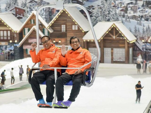 wahana chair lift trans snow world