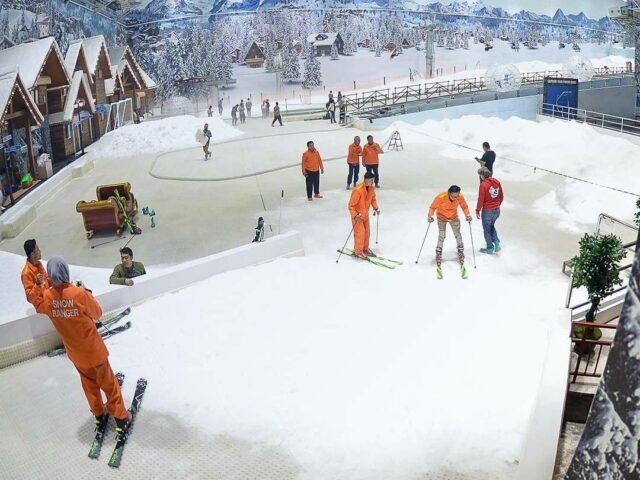 bermain ski di dunia salju bekasi