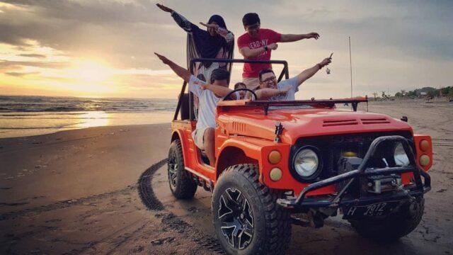 berkeliling menggunakan jeep