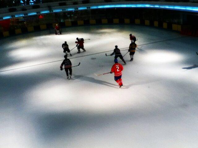 Bermain Hockey di Sky Rink Taman Anggrek