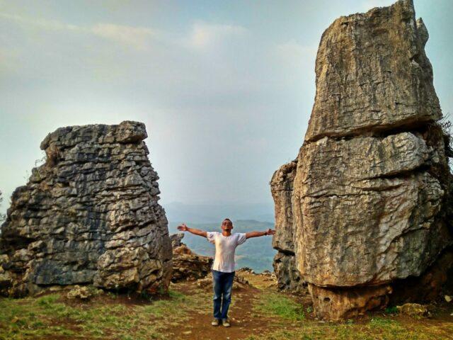 Dua Batu Raksasa yang Cocok Dijadikan Objek Foto