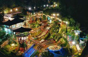 Kawasan wisata D'Dieuland Lembang Bandung malam hari.