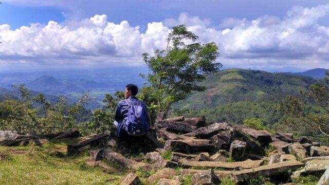 pemandangan perbukitan dari situs megalitik gunung padang