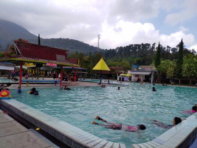 Kolam Renang di Pemandian Air Panas Ciwalini