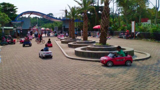 bermain mobil-mobilan mini