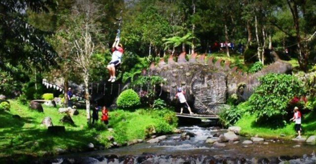 Meluncur dengan flying fox di atas sungai