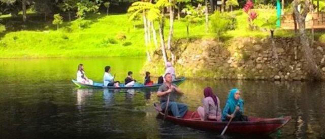 Menelusuri danau dengan perahu