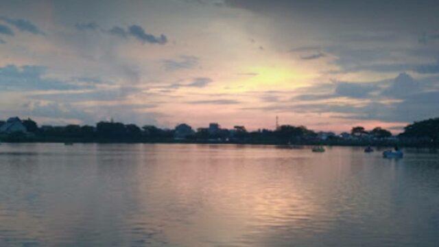 Mengayuh sepeda bebek air sambil menikmati sunset