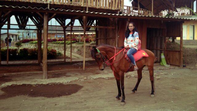 menunggang kuda di desa wisata pujon kidul