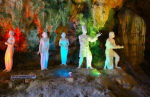 patung diorama dalam gua