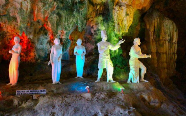 patung diorama dalam goa jatijajar