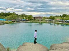 latar belakan birunya danau cisoka.