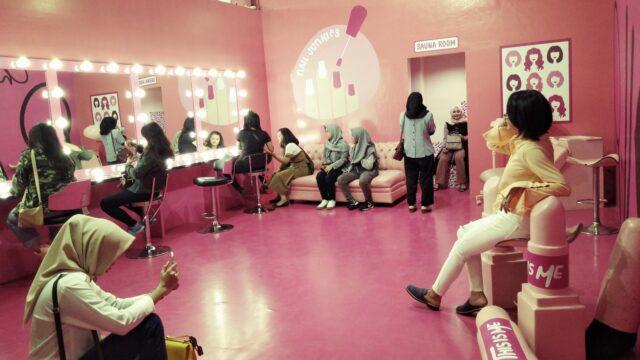 salon kecantikan berwarna pink This Is Me Bandung