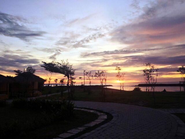 sunset di pantai coconut island carita