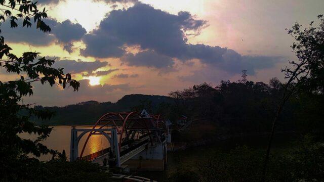 menikmati sunset dari jembatan akses