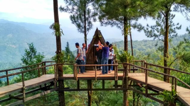 rumah pohon di tebing Wisata Panorama Pabangbon