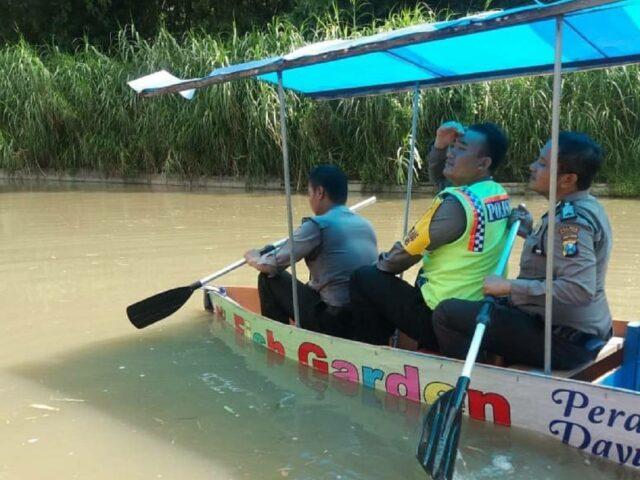 Wisata Perahu di Fish Garden Blitar