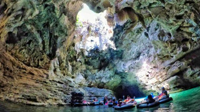 wisatawan sedang melakukan cave tubing di Goa Pindul