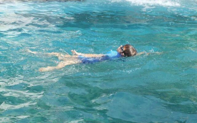 belajar berenang di Taman Segara Madu