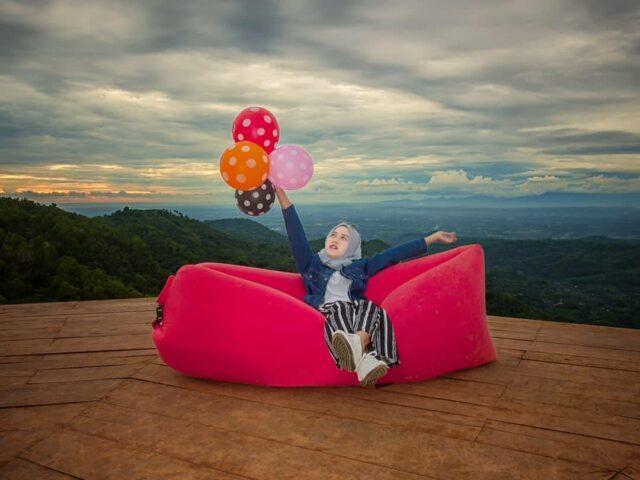 berfoto dengan properti lucu di bukit lintang sewu