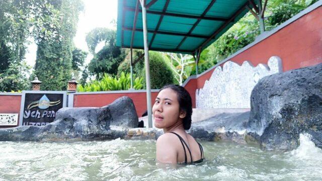 berendam di kolam air panas